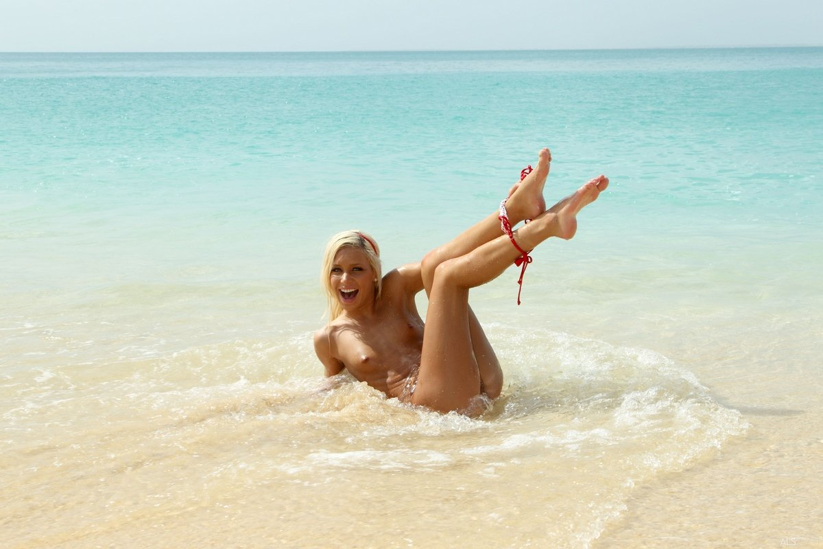 Смуглая красотка снимает купальник на море