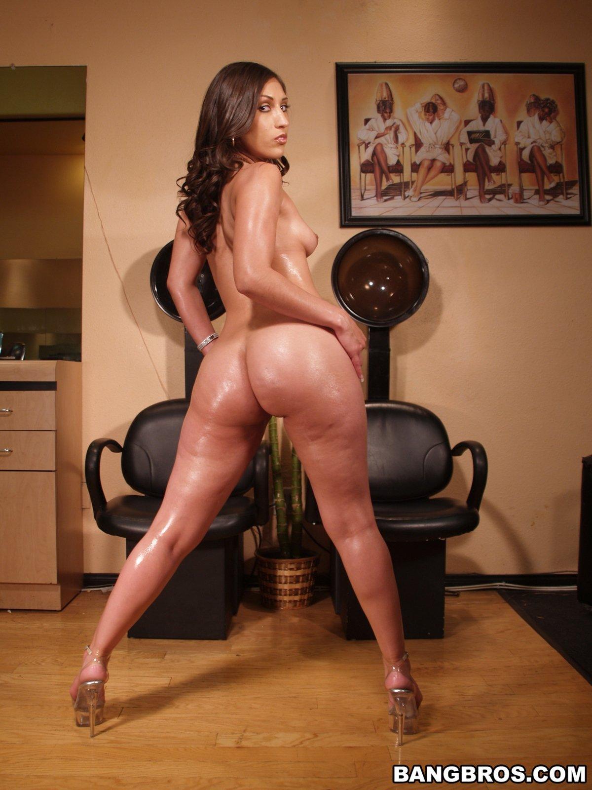 Мамка в леопардовом бикини показала красивый зад