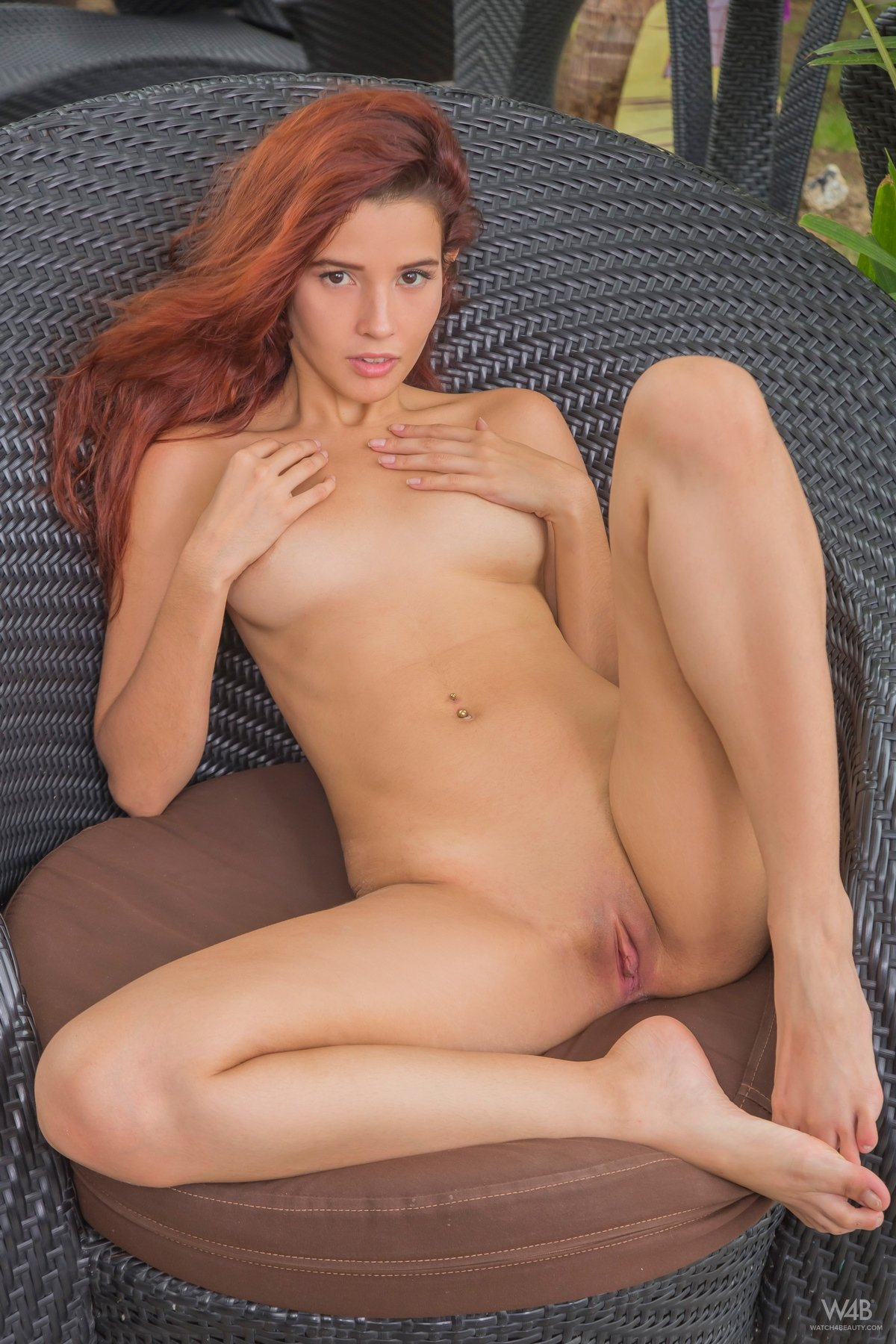 Красотка с рыжими волосами нагая на отдыхе