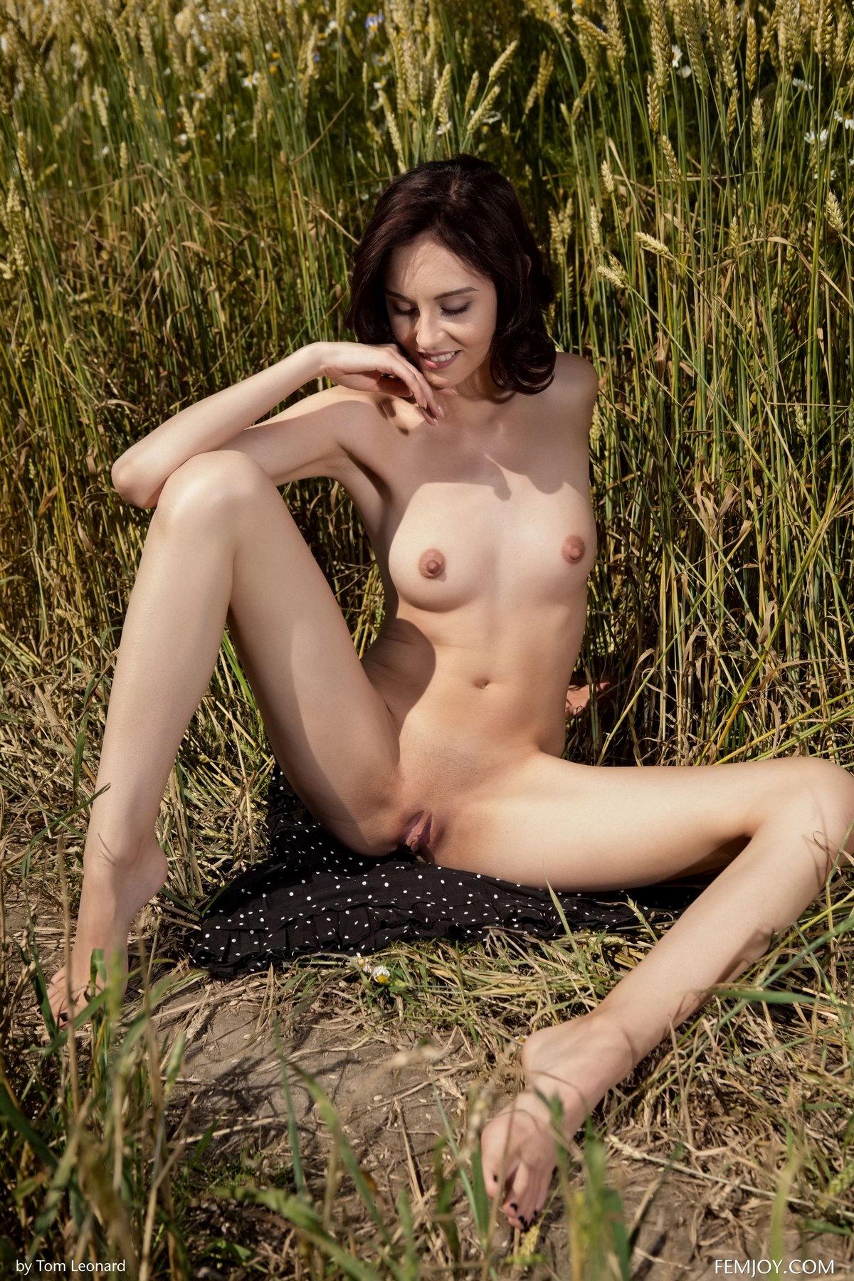 Роскошная загоревшая зрелка голая в поле