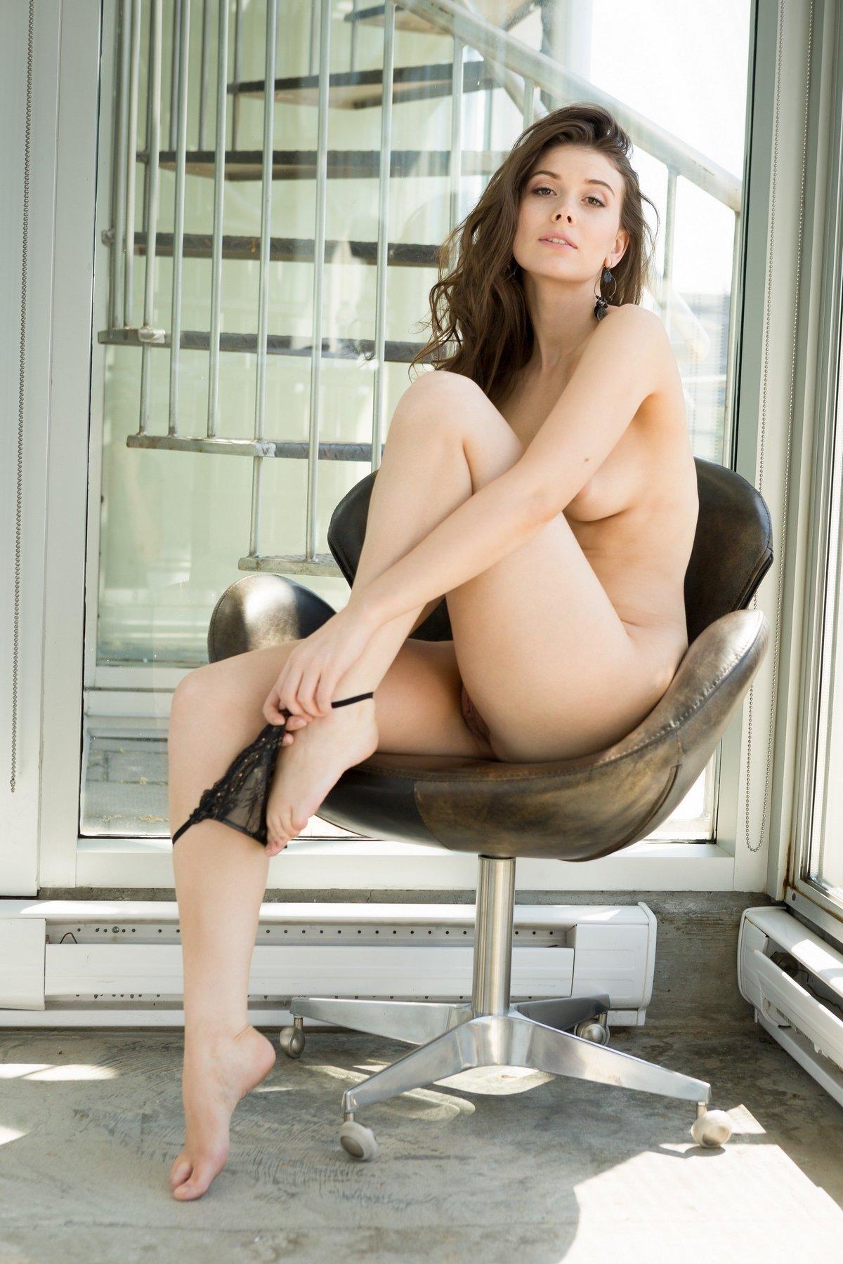 Игривая Muirina Fae голая около окна
