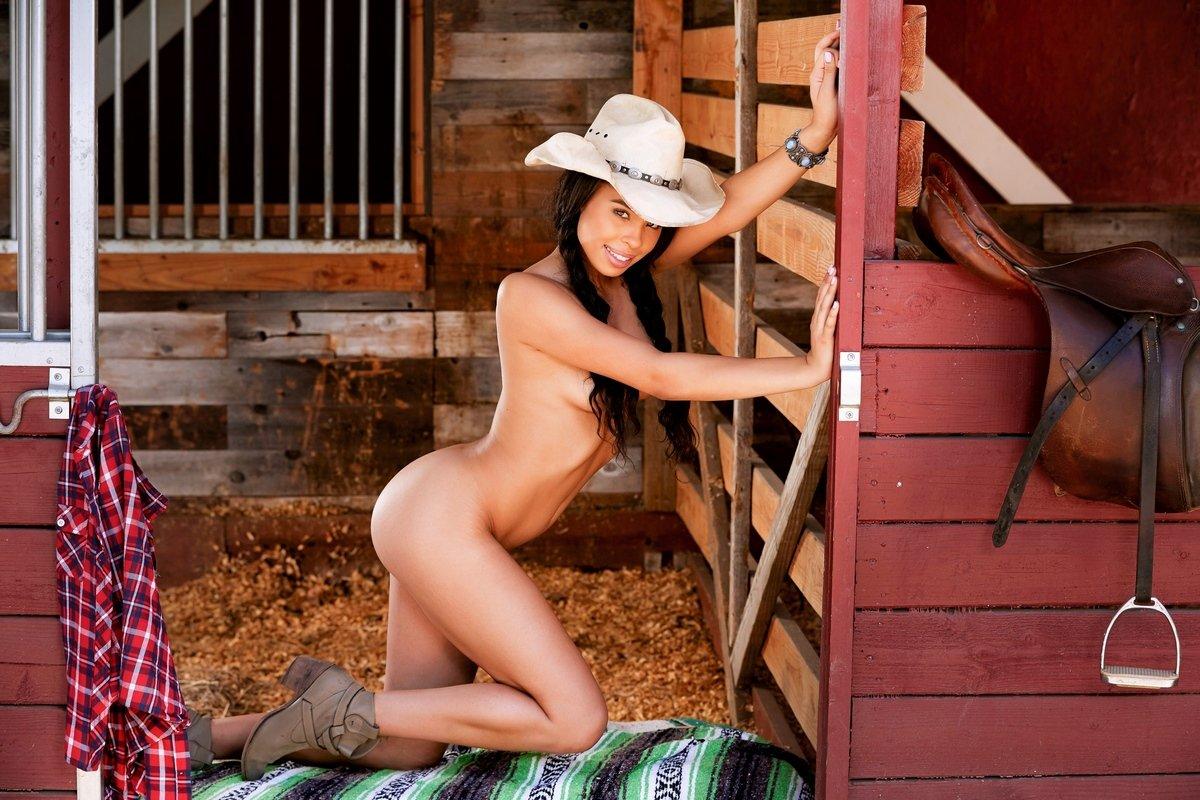 Briana Ashley обнаженная в шляпе