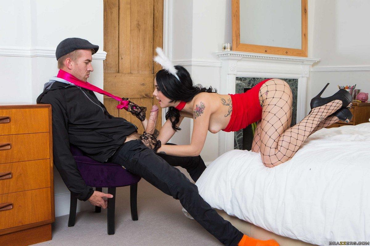Ню брюнетка в сексуальном наряде делает минет секс фото