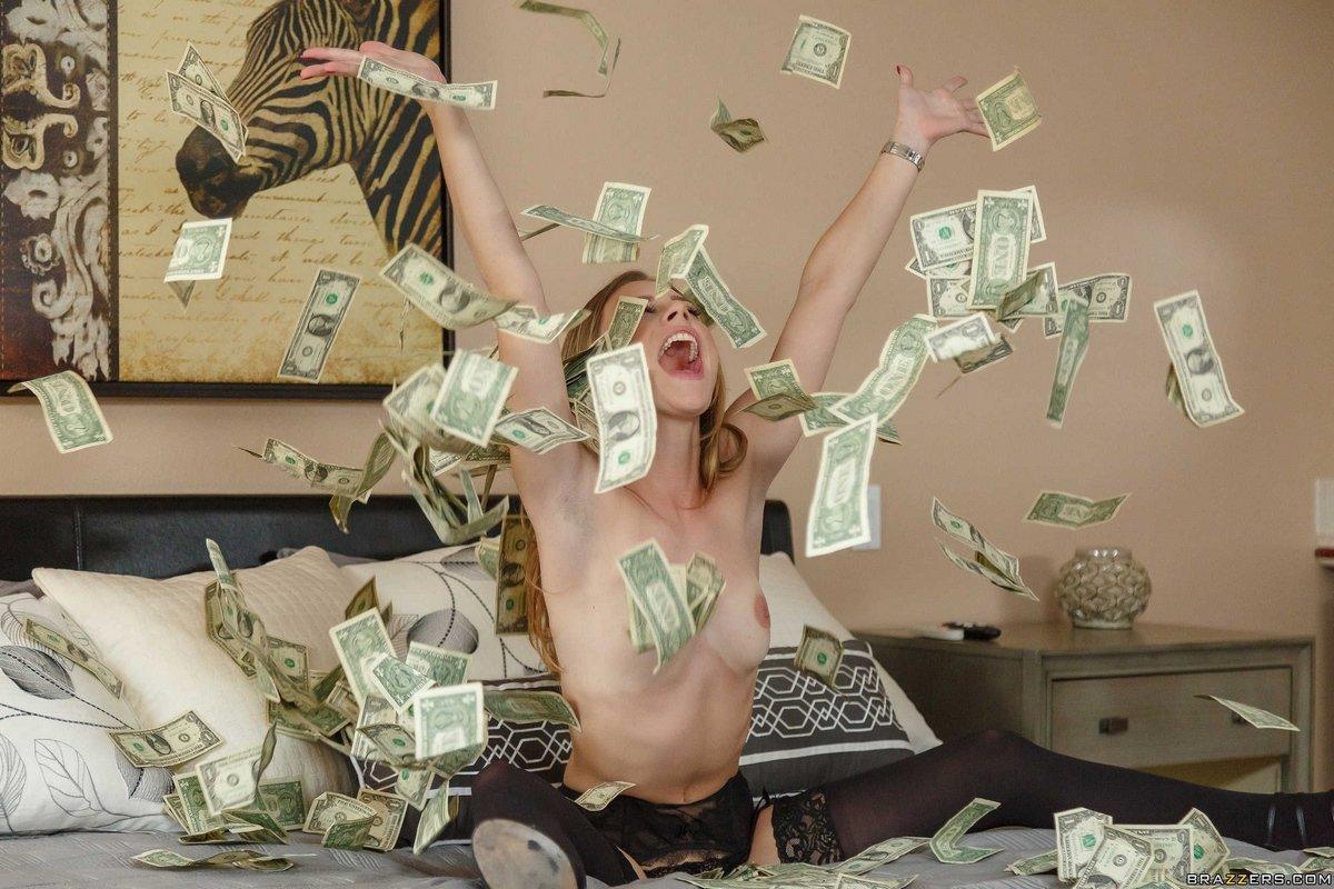 Милашка в гетрах купается в деньгах