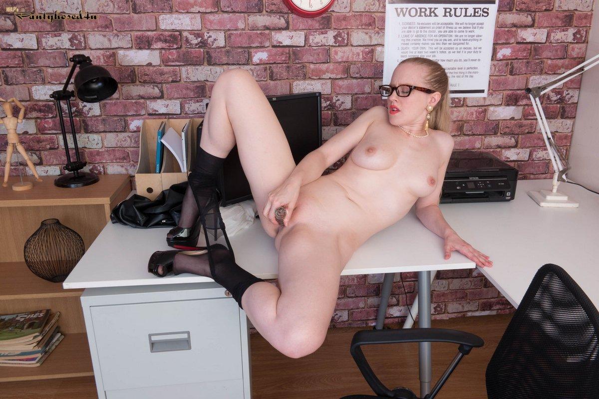 Секретарша в колготках и без трусов