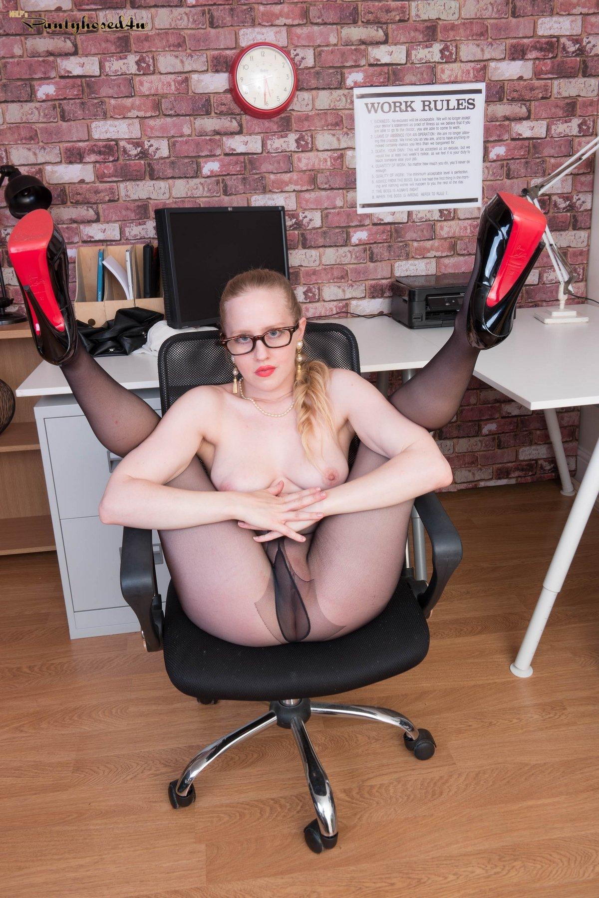 Фото голые секретарши в колготках