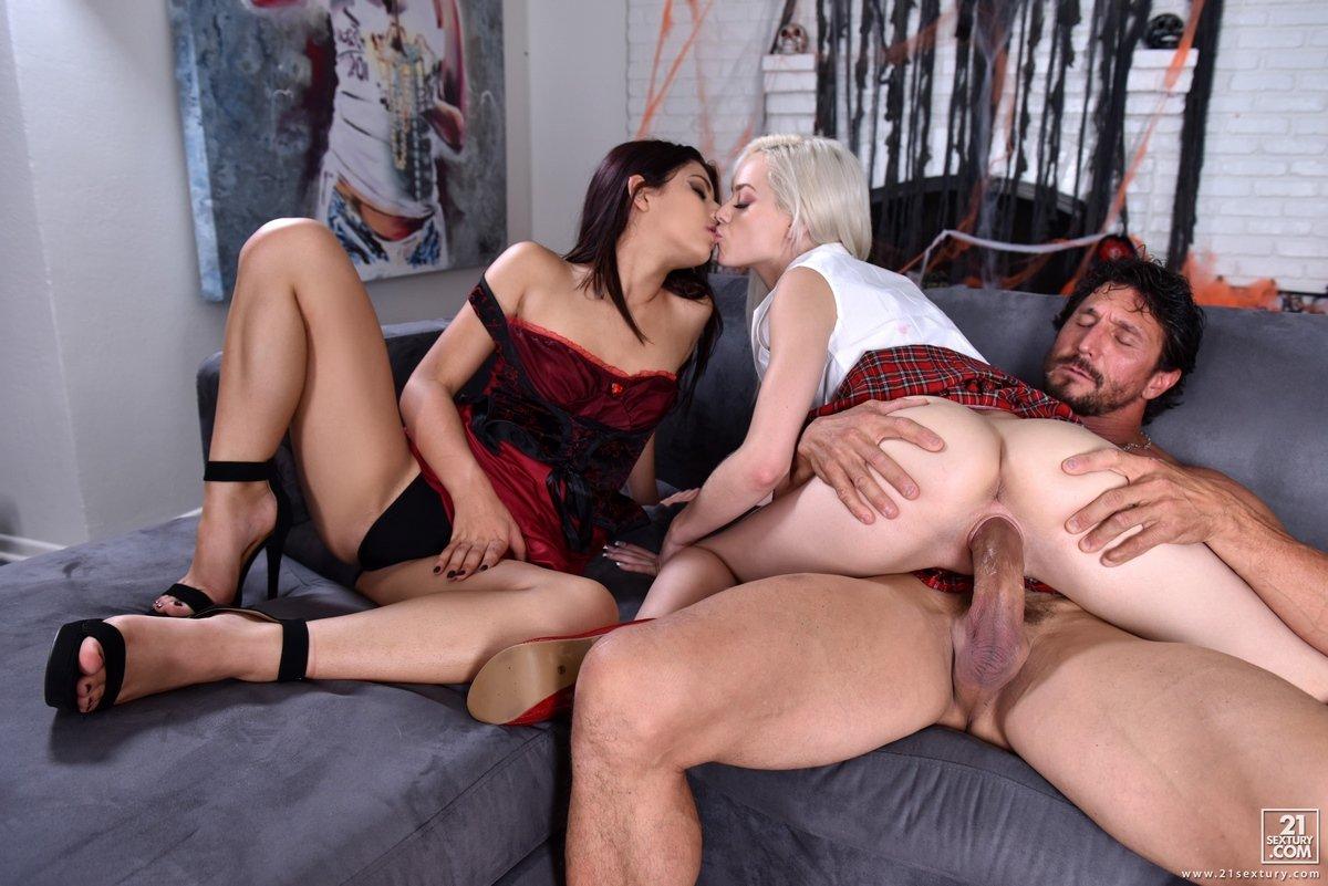 Секс втроем ЖМЖ с Elsa Jean и Gina Valentina