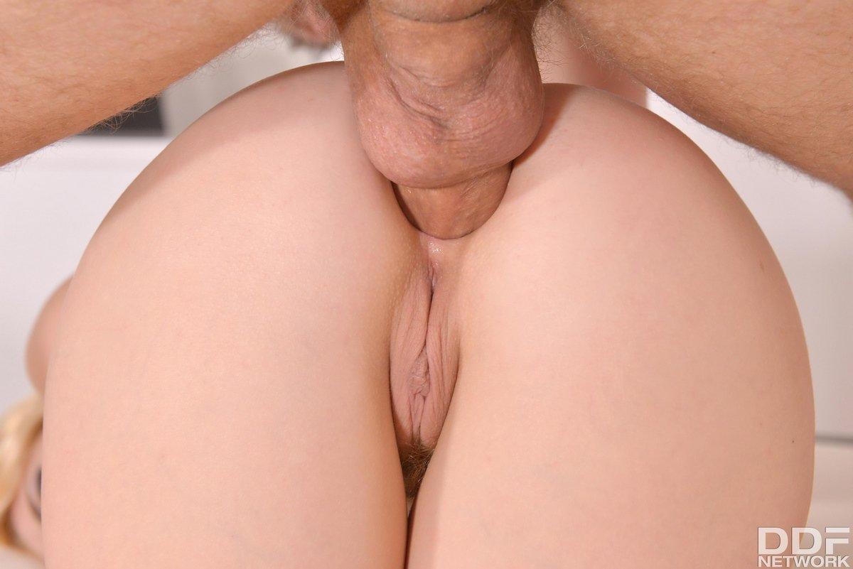 Роскошная милашка мастурбирует хер ногами смотреть эротику