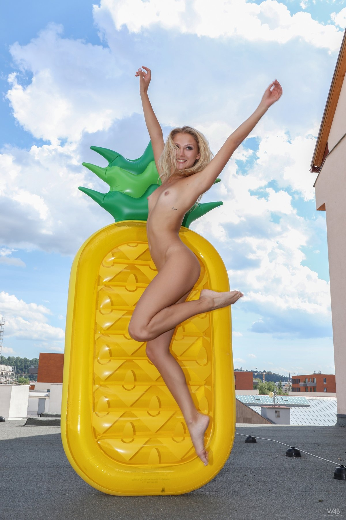 Девушка в купальнике с большим надувным матрасом