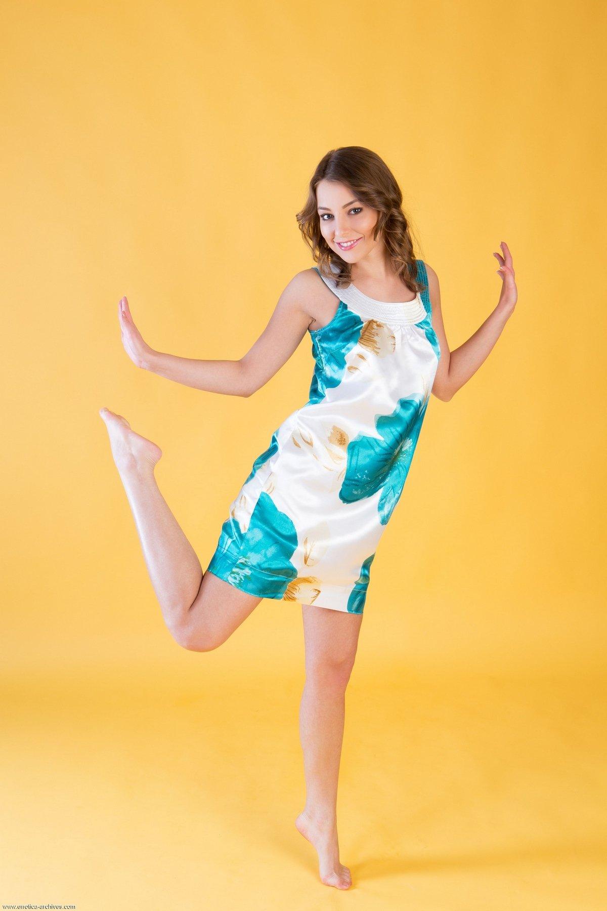 Супер Nikia в коротком платье и без стрингов