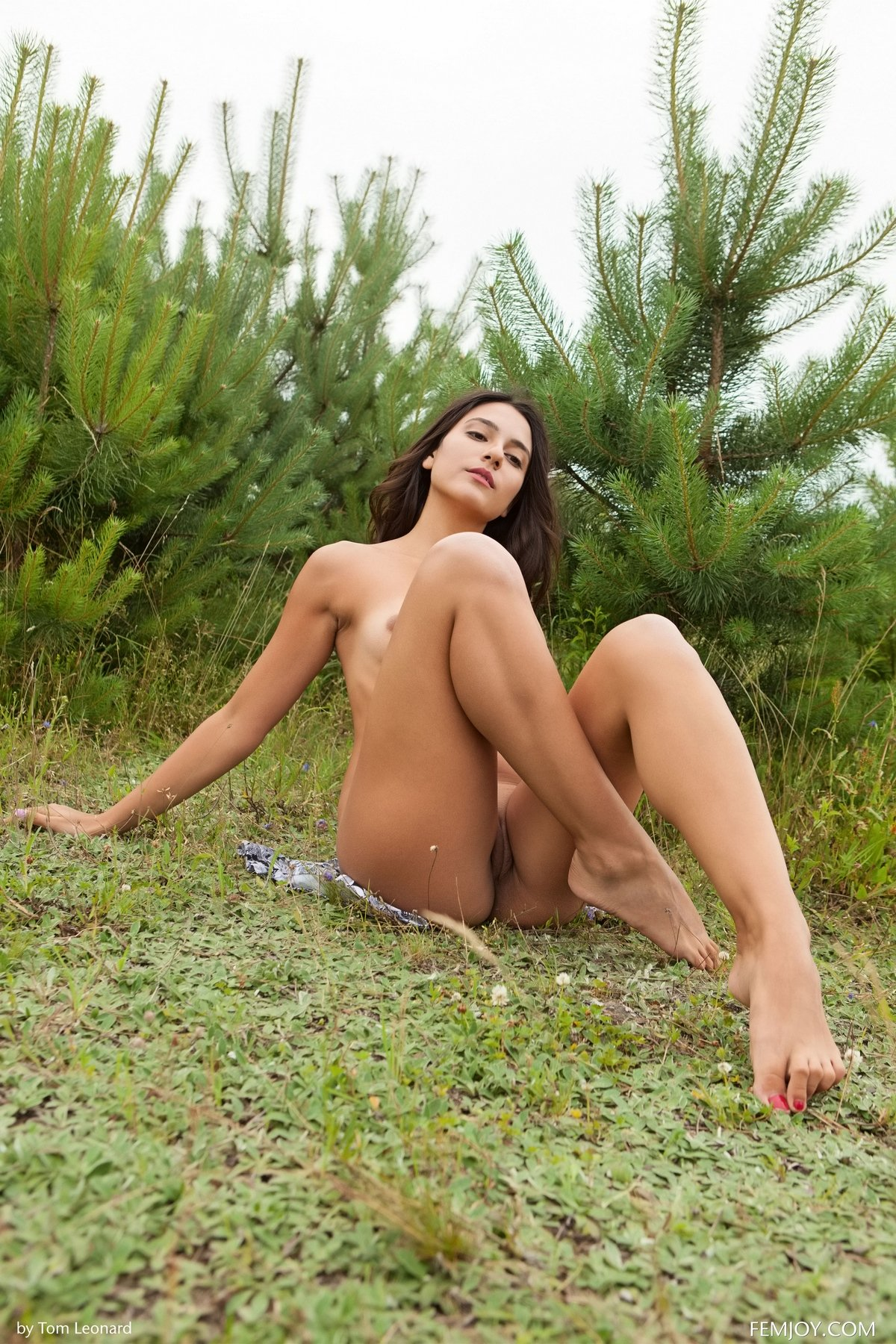 Фото интим голой брюнетки под елкой