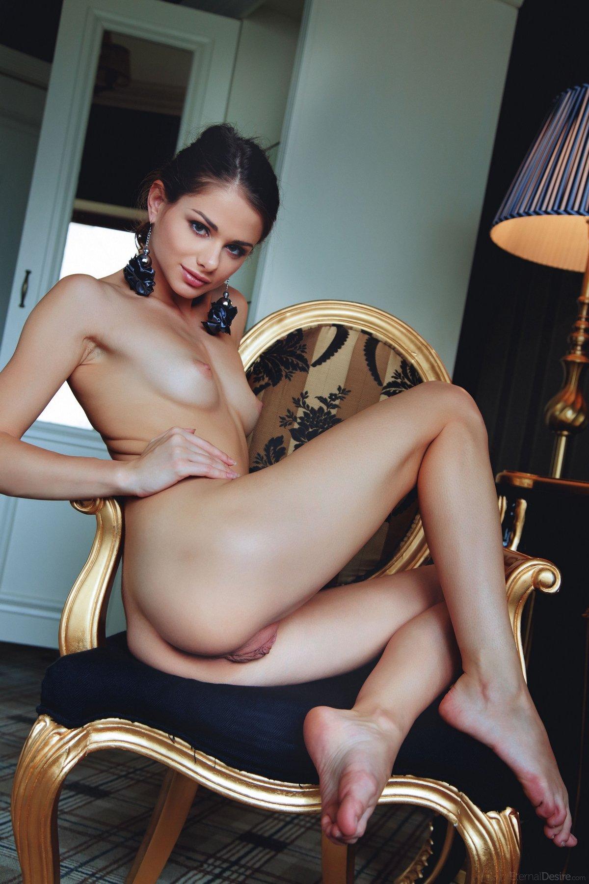 Loretta в соблазнительных позах показывает загорелое тело
