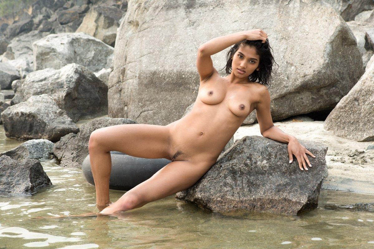 Загорелая брюнетка с красивой фигурой голая в реке