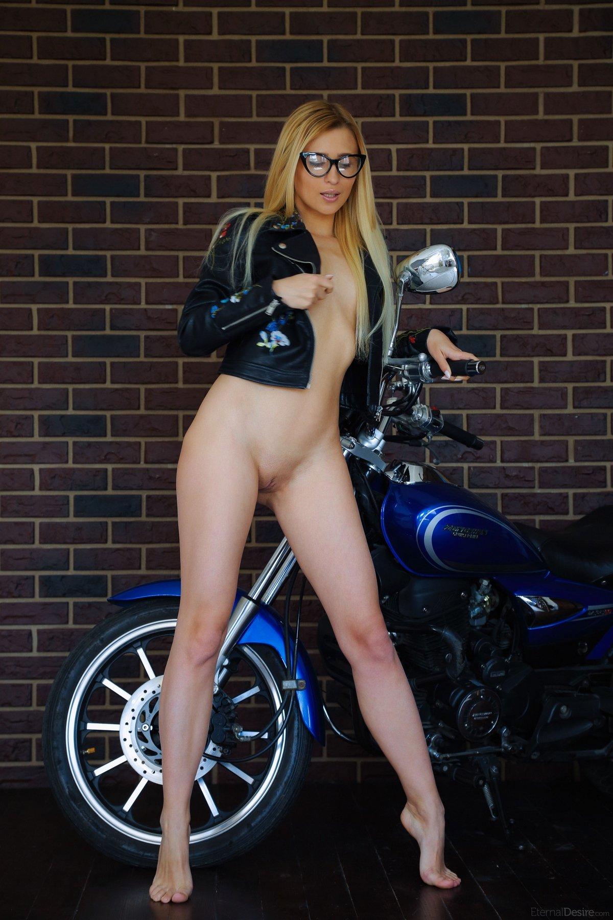 Голая блондинка в очках на мотоцикле
