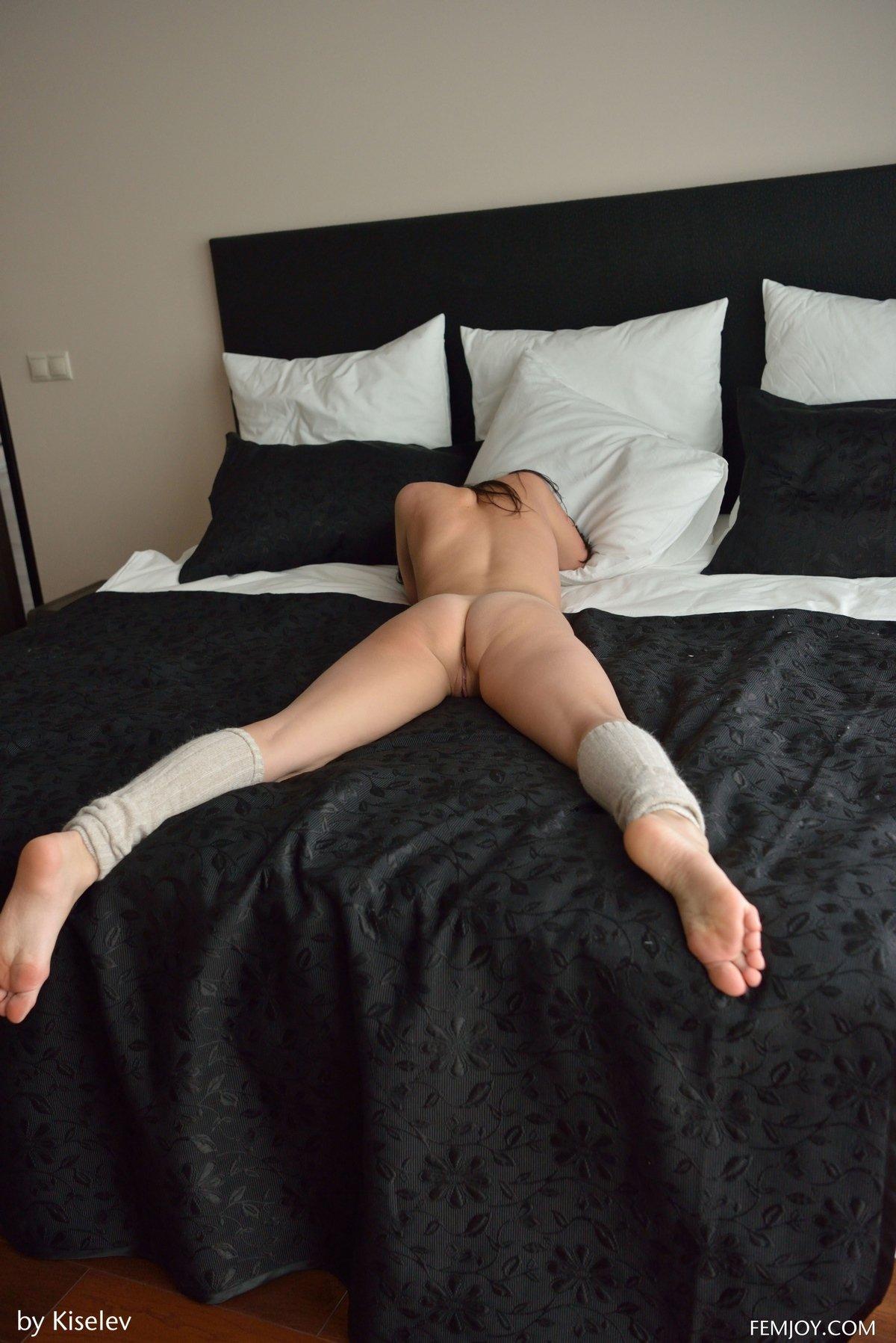 Голая стройняшка на кроватке