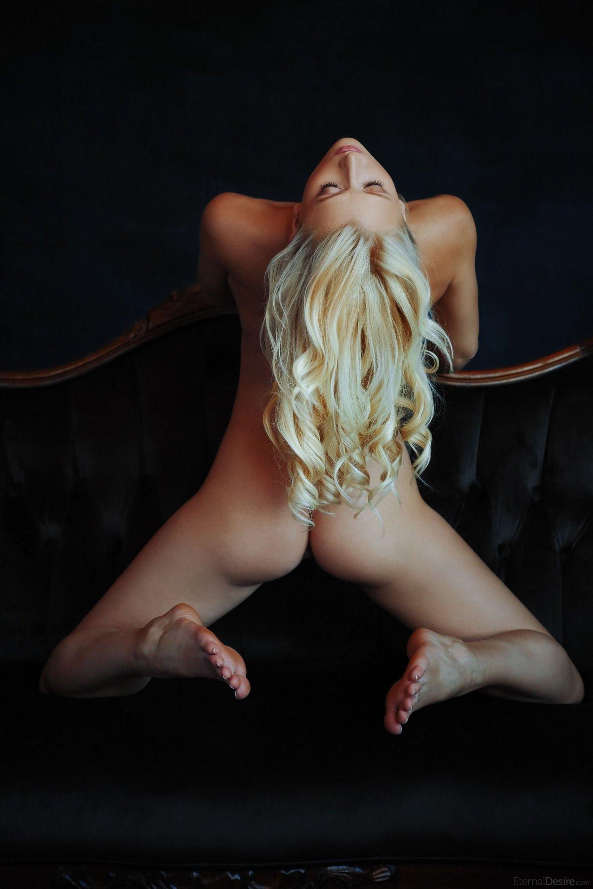 Милашка Nika разводит длинные ноги на чёрном диванчике