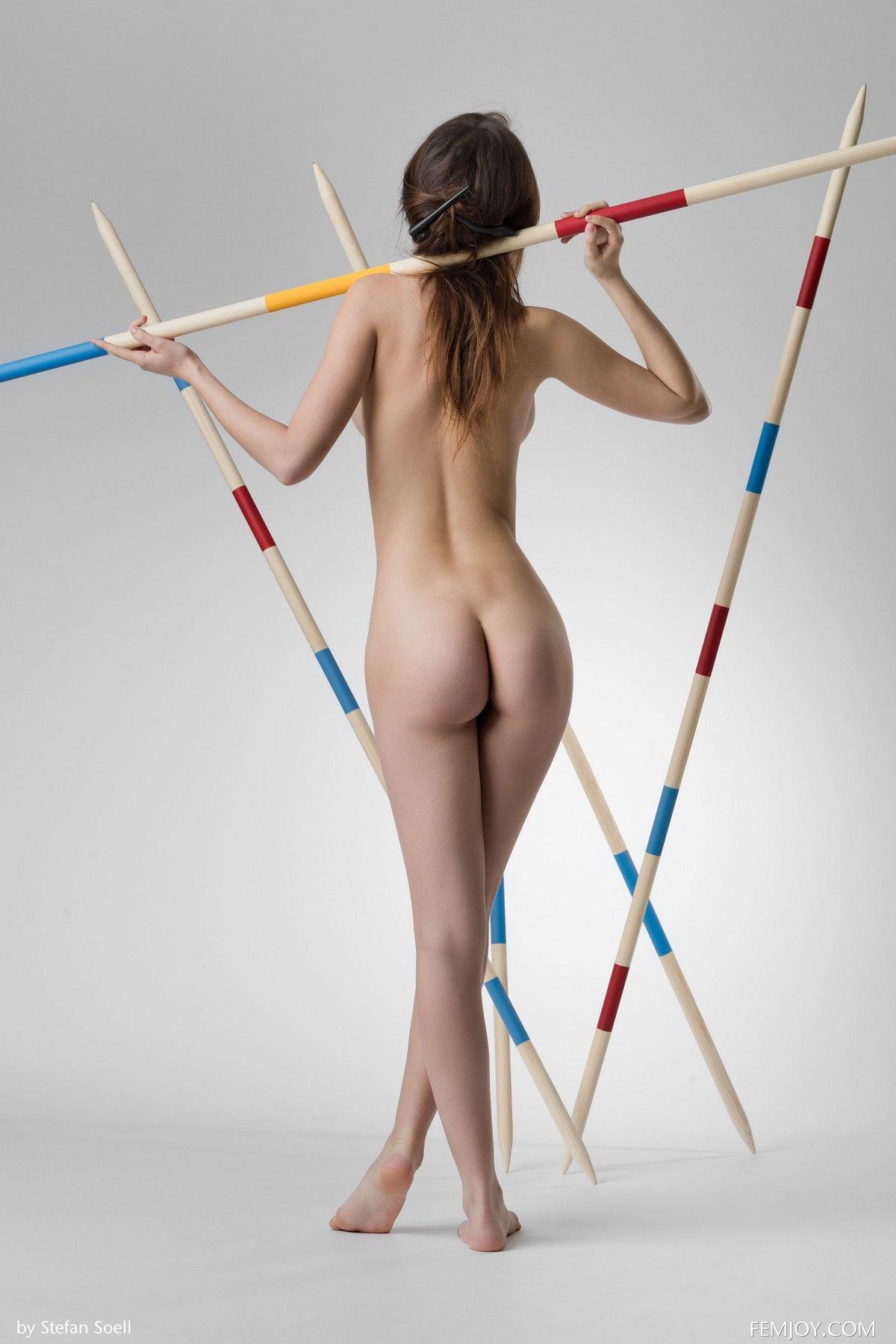 Соблазнительная модель Alisa голая с копьями