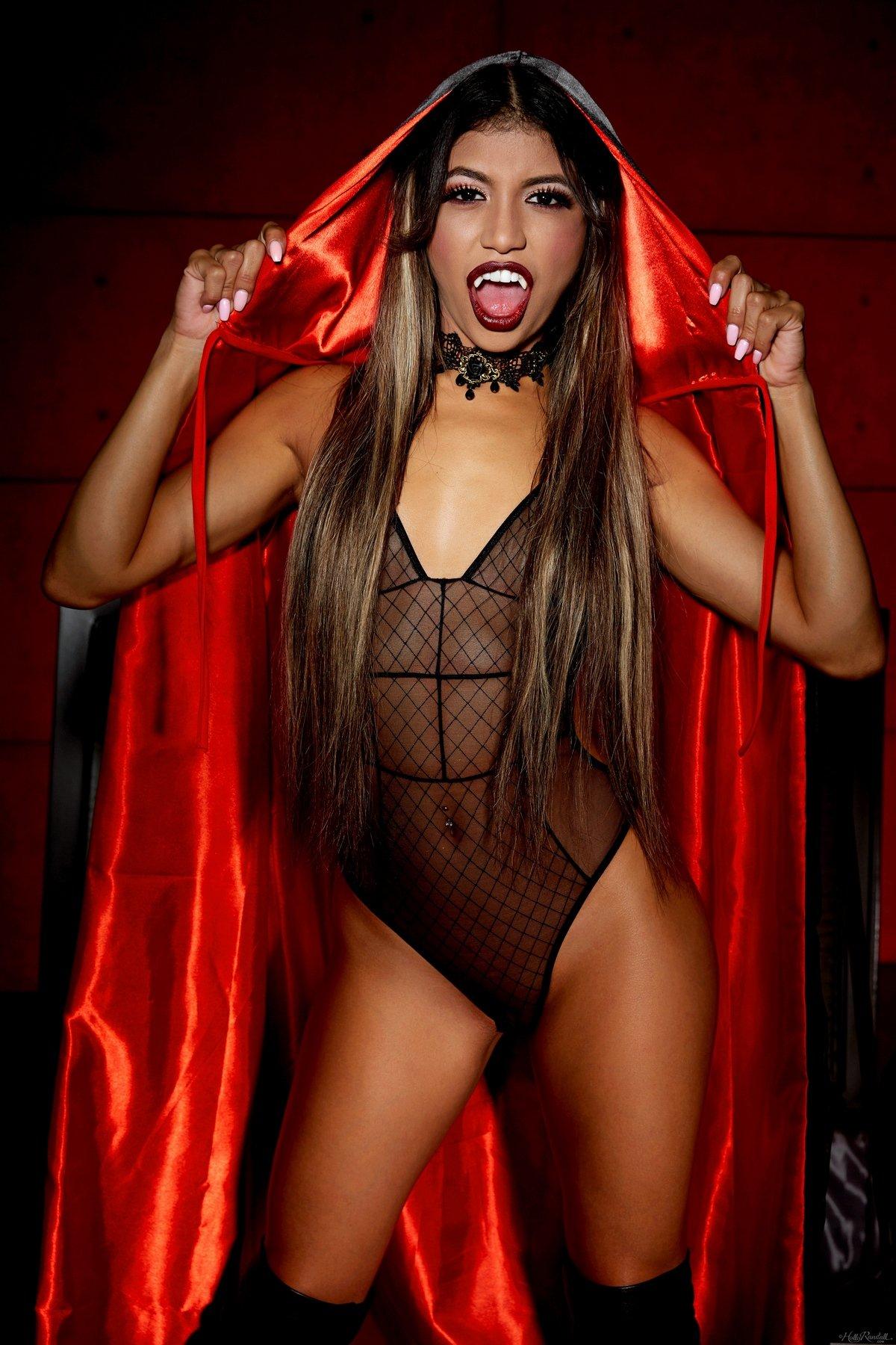 Сексуальная вампирша раздевается и показывает идеальное тело