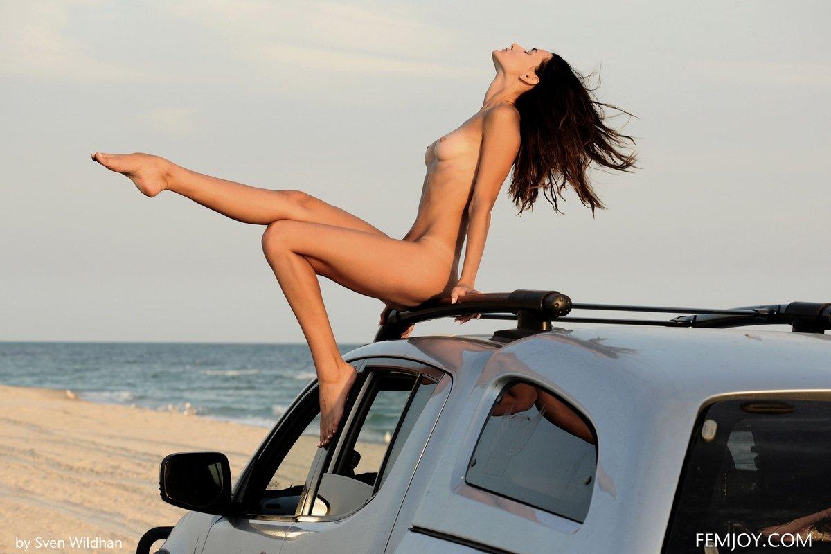 Обнаженная девица на крыше авто