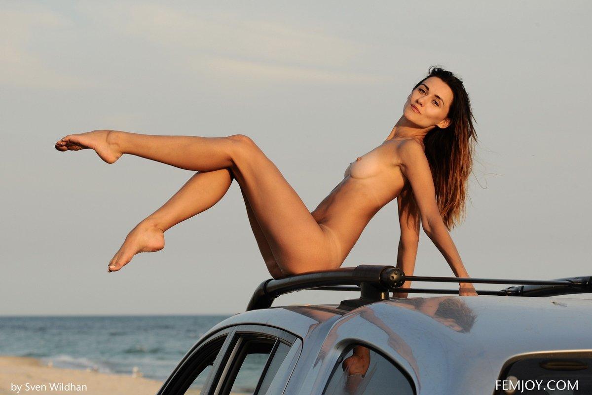 Голая проститутка на крыше авто