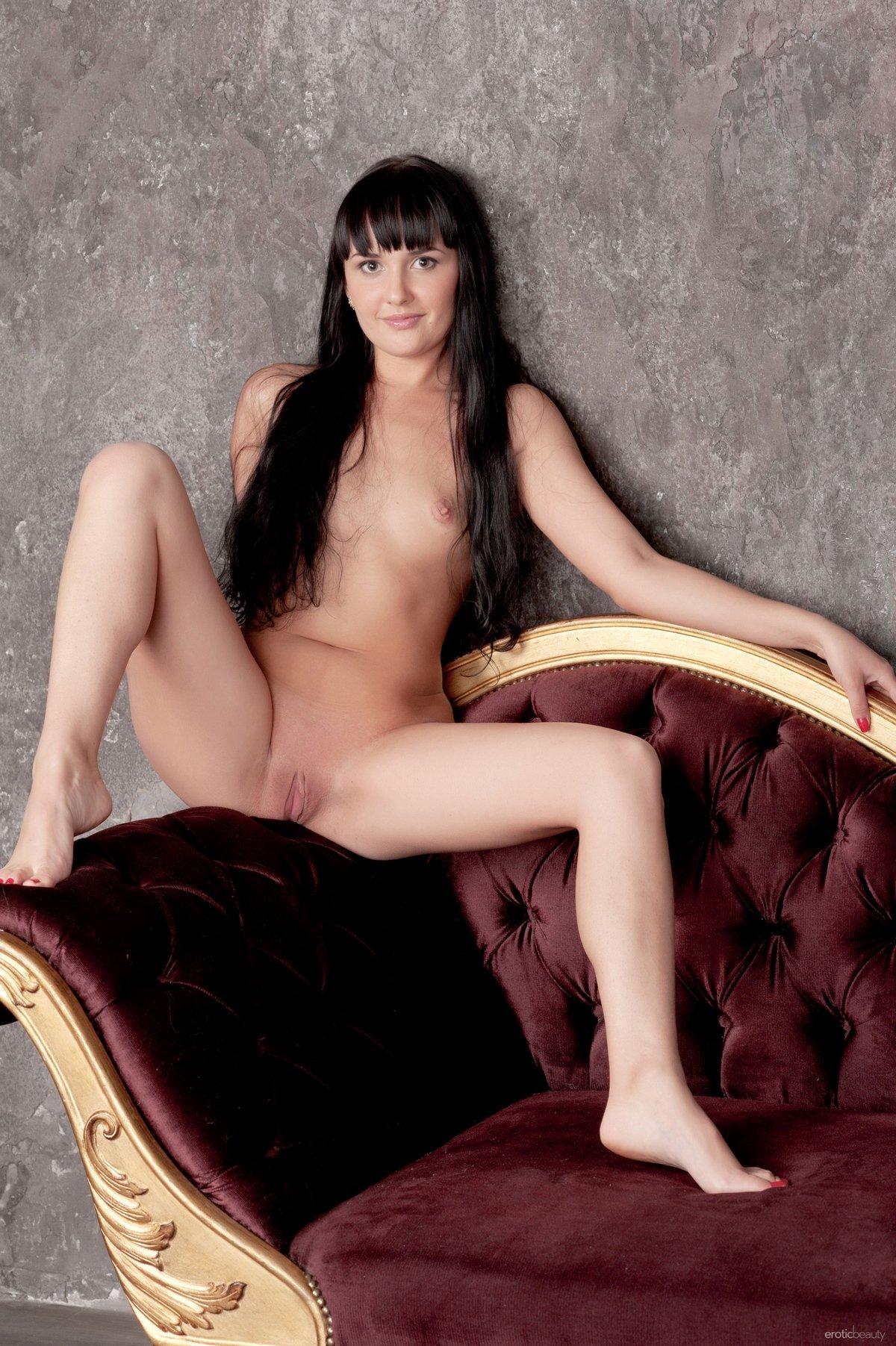 Красавица с длинными черными волосами и маленькой грудью