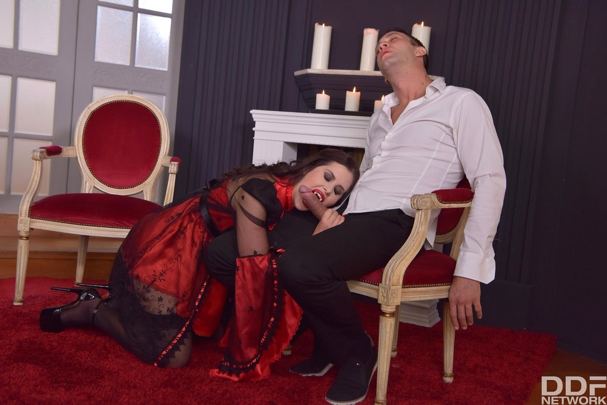 Симпатичная вампирша трахается в нарядных позах
