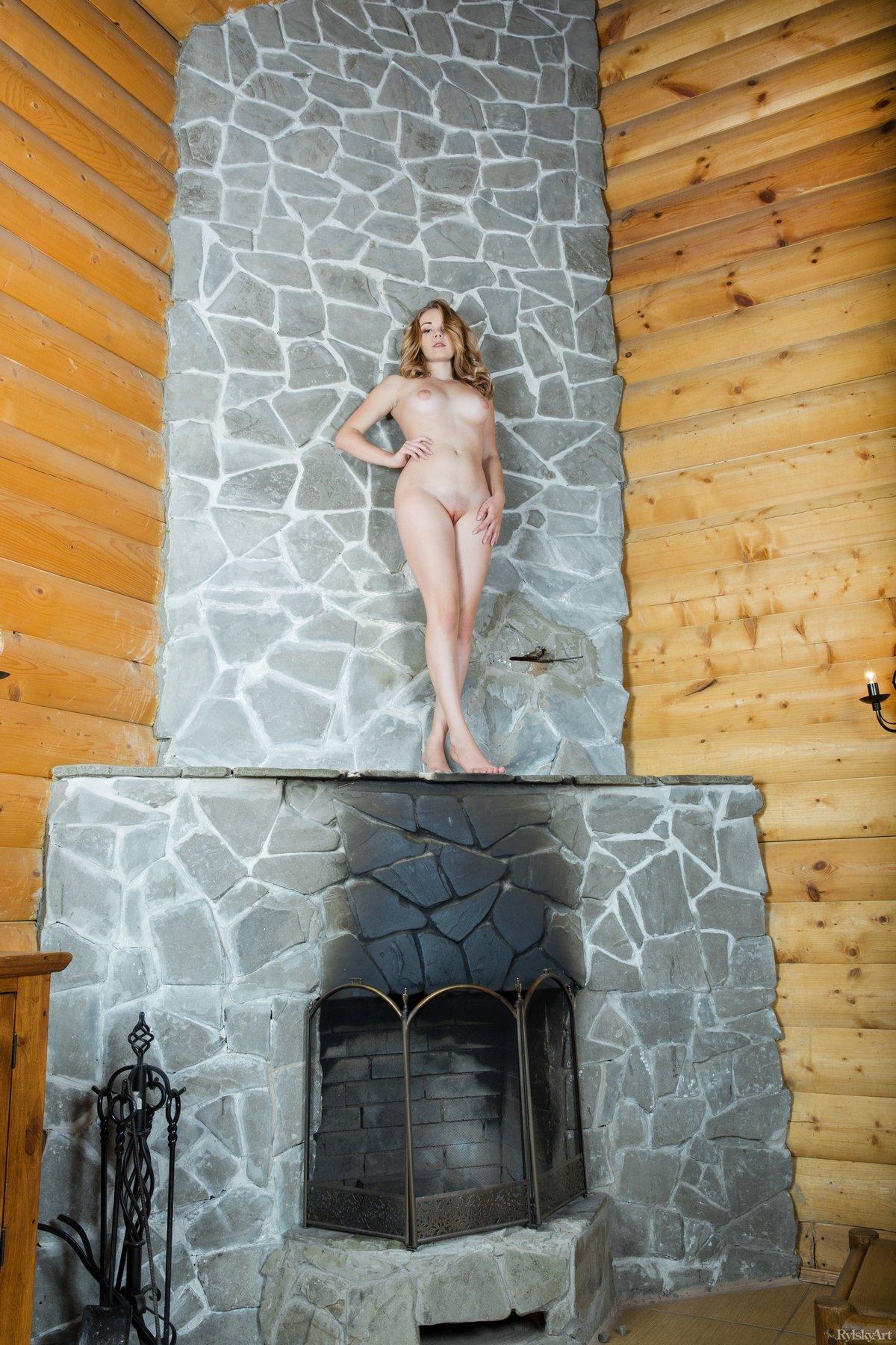 Стройная девушка в коротком ажурном платье на голое тело