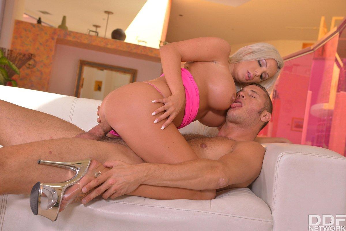 Грудастая светлая порноактриса берет в рот и возбуждает писюн грудями