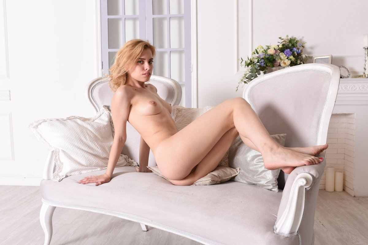 Худощавая блондинка в чулках показывает киску задрав платье смотреть эротику