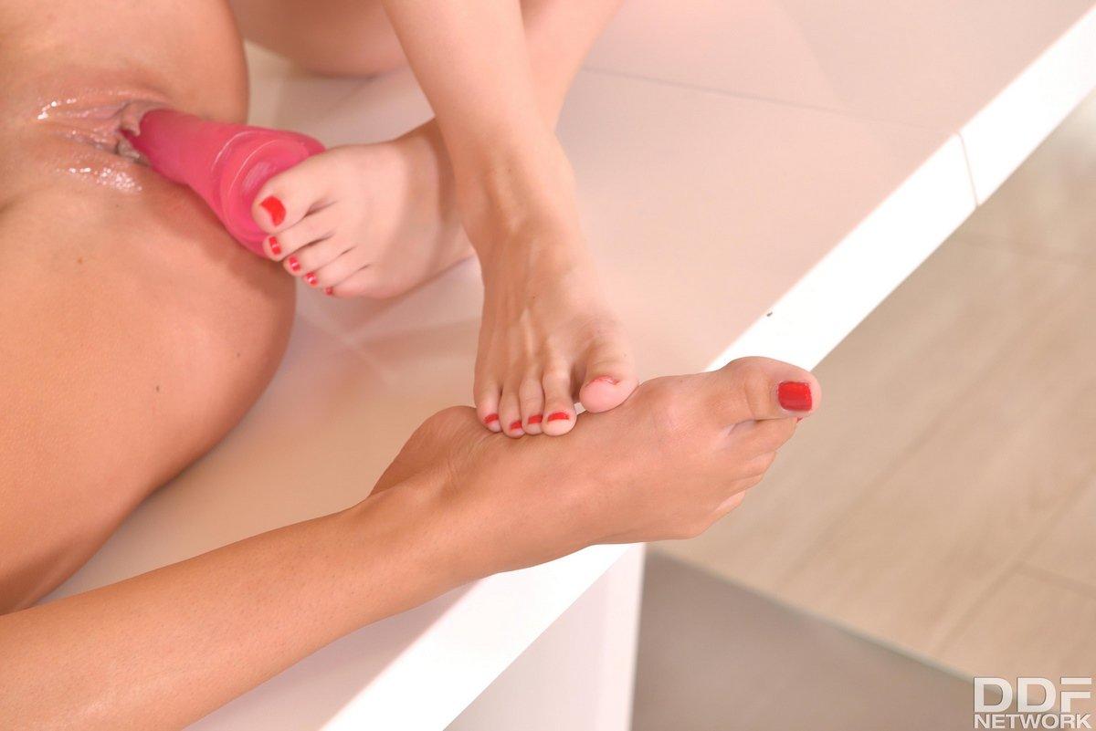 Лесбияночки целуют ноги и вставляют друг дружке розовый болт
