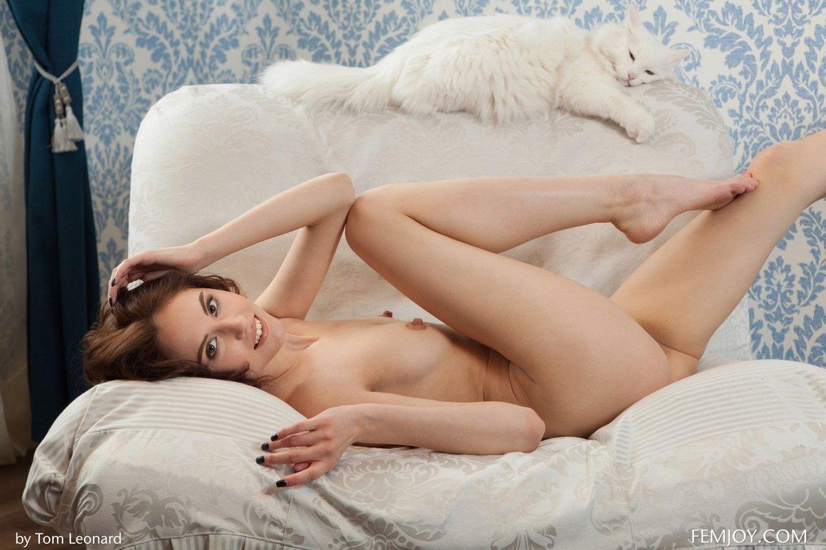 Неимоверная русая порноактрисса с крохотными сиськами и прекрасными ногами
