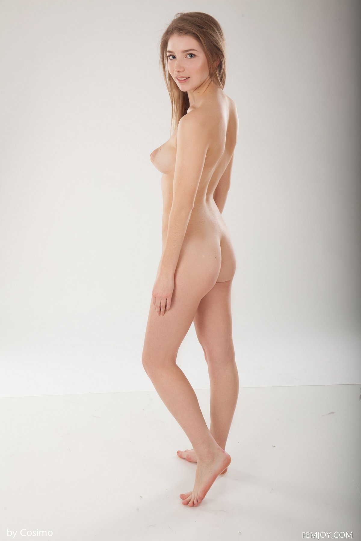 Светловолосая девушка Verona голая перед камерой