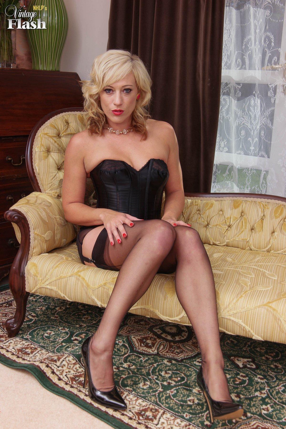 Зрелая блондинка в чулочках и корсете