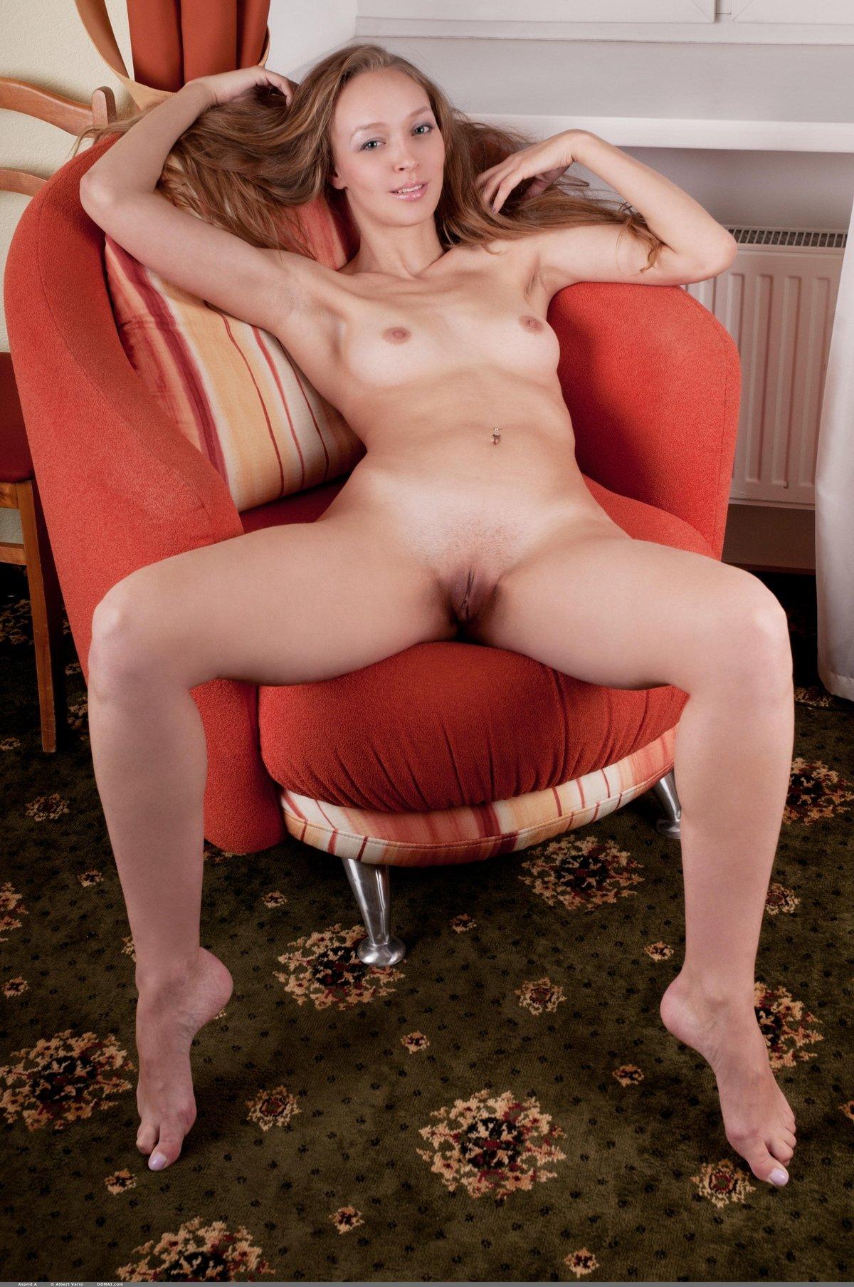 Длинная красавица с маленьким бюстом и красивыми рыжими волосами