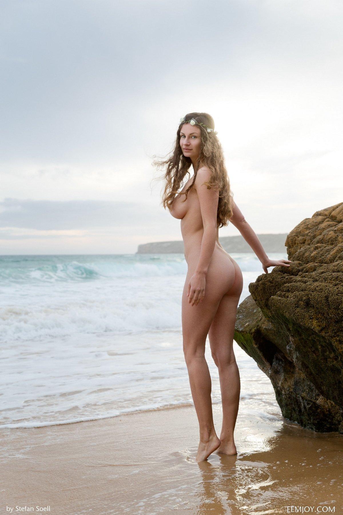 Девушка с идеальной фигуркой на берегу моря