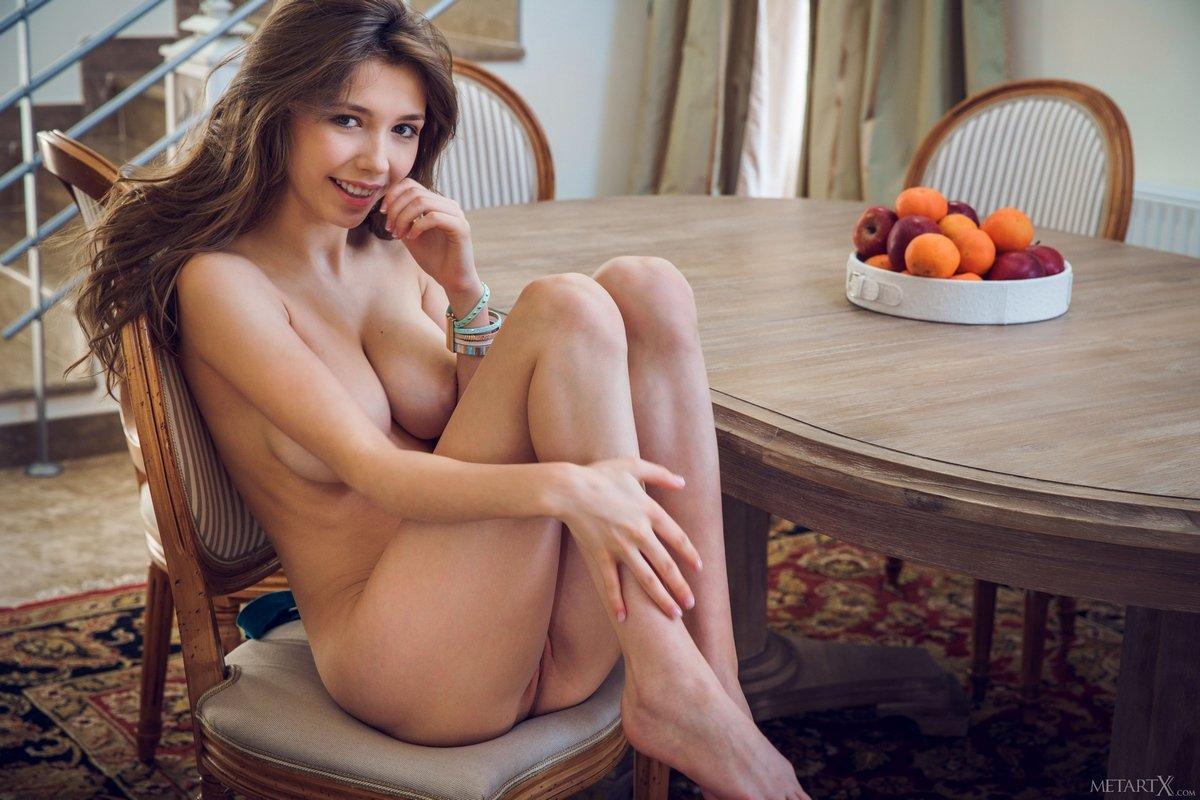 Сексуальная Mila ест мандарин нагая