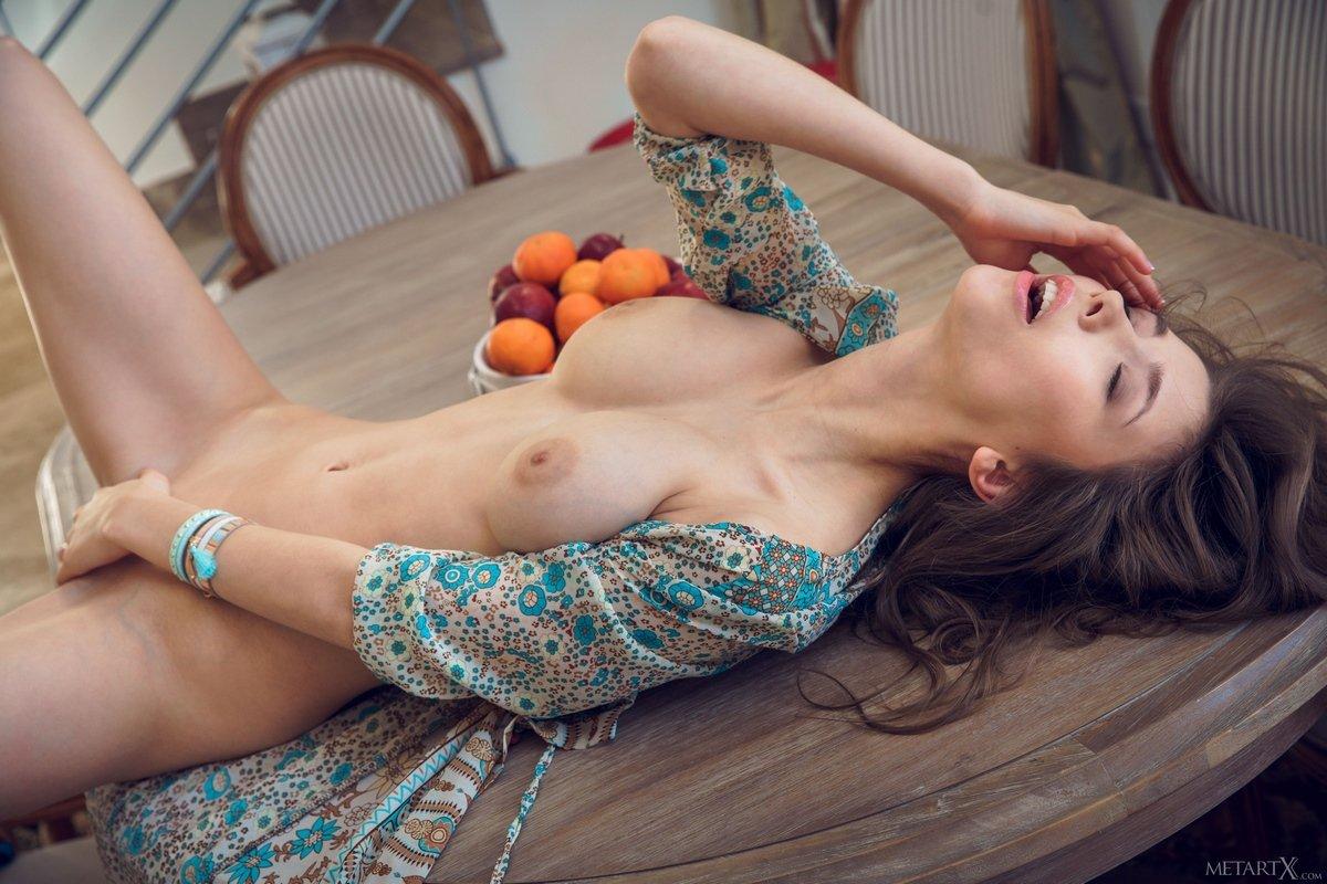 Возбуждающая Mila ест мандарин обнаженная