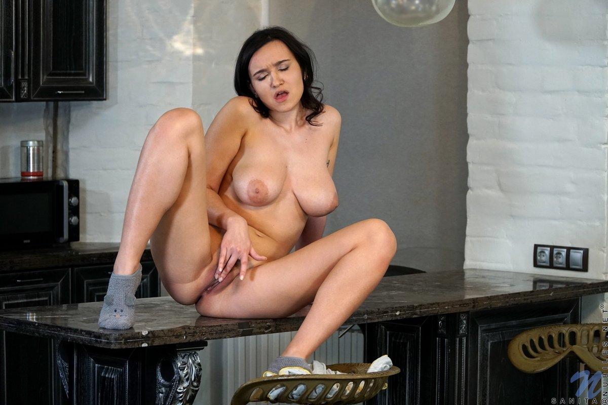 Sanita стащила трусики и растопыривает ноги на столе