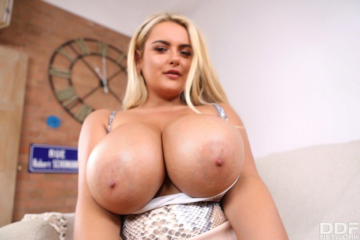 Блондинка с красивыми силиконовыми буферами