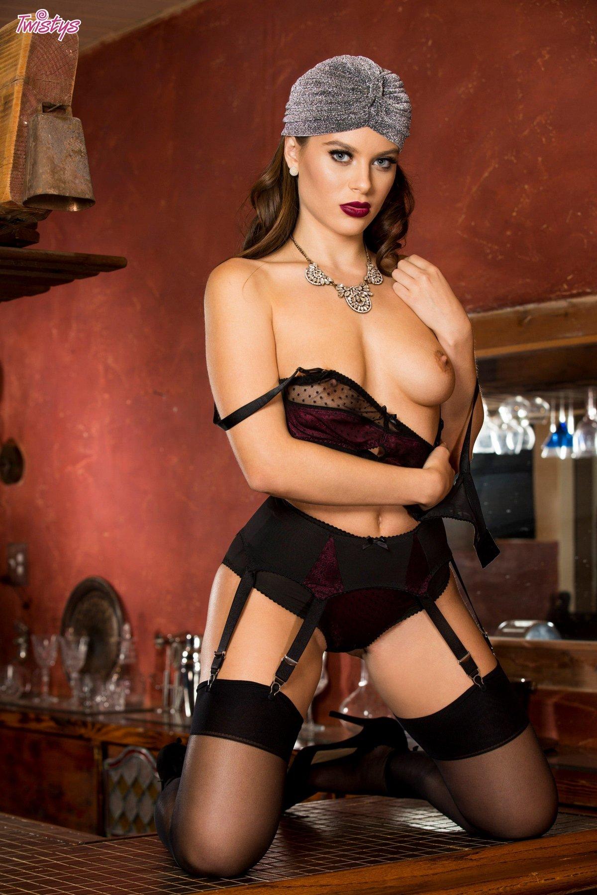 Lana Rhoades обнажилась на барной стойке