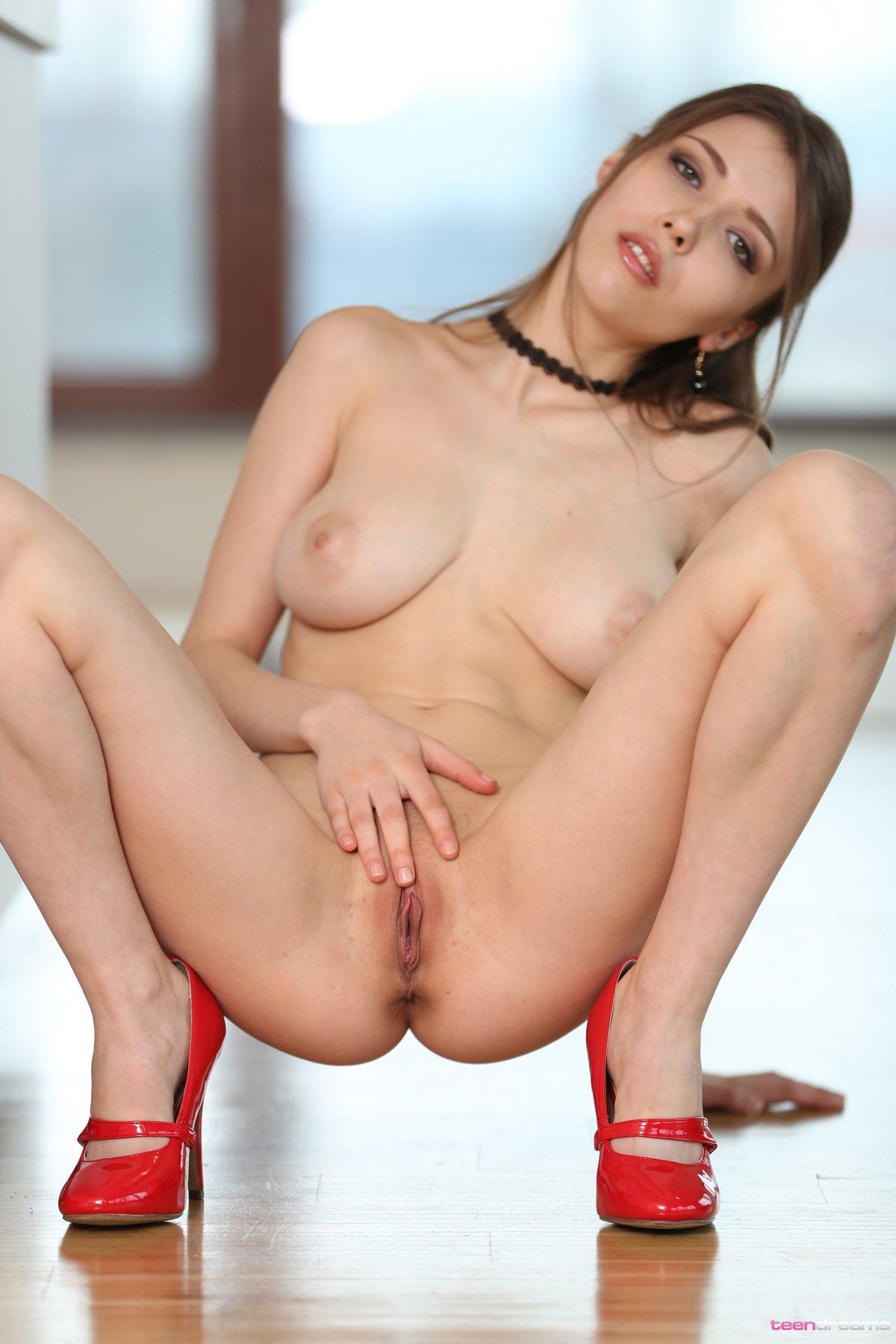 Секс с девушкой в красных туфельках