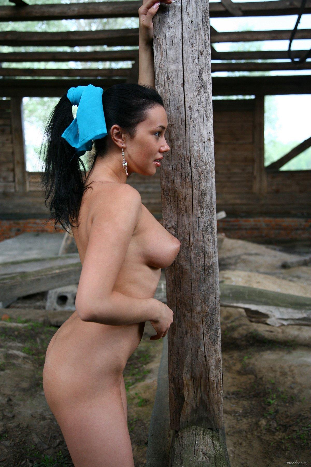Темноволосая девица с классными сиськами в заброшенном доме
