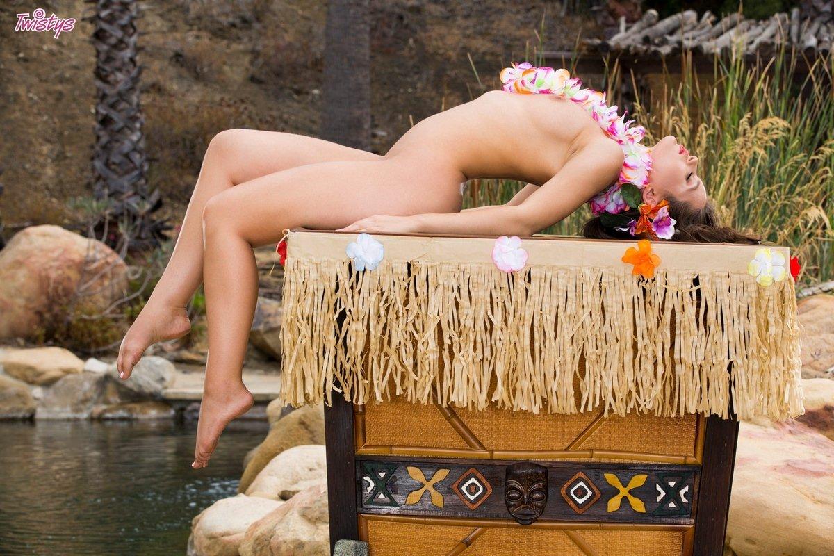 Шикарная эротика манекенщицы Lana Rhoades у бассейна