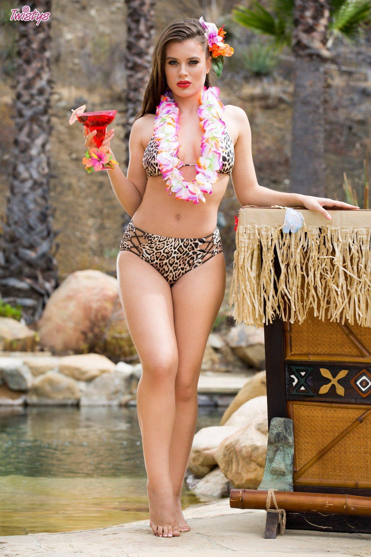 Красивая эротика модели Lana Rhoades у бассейна