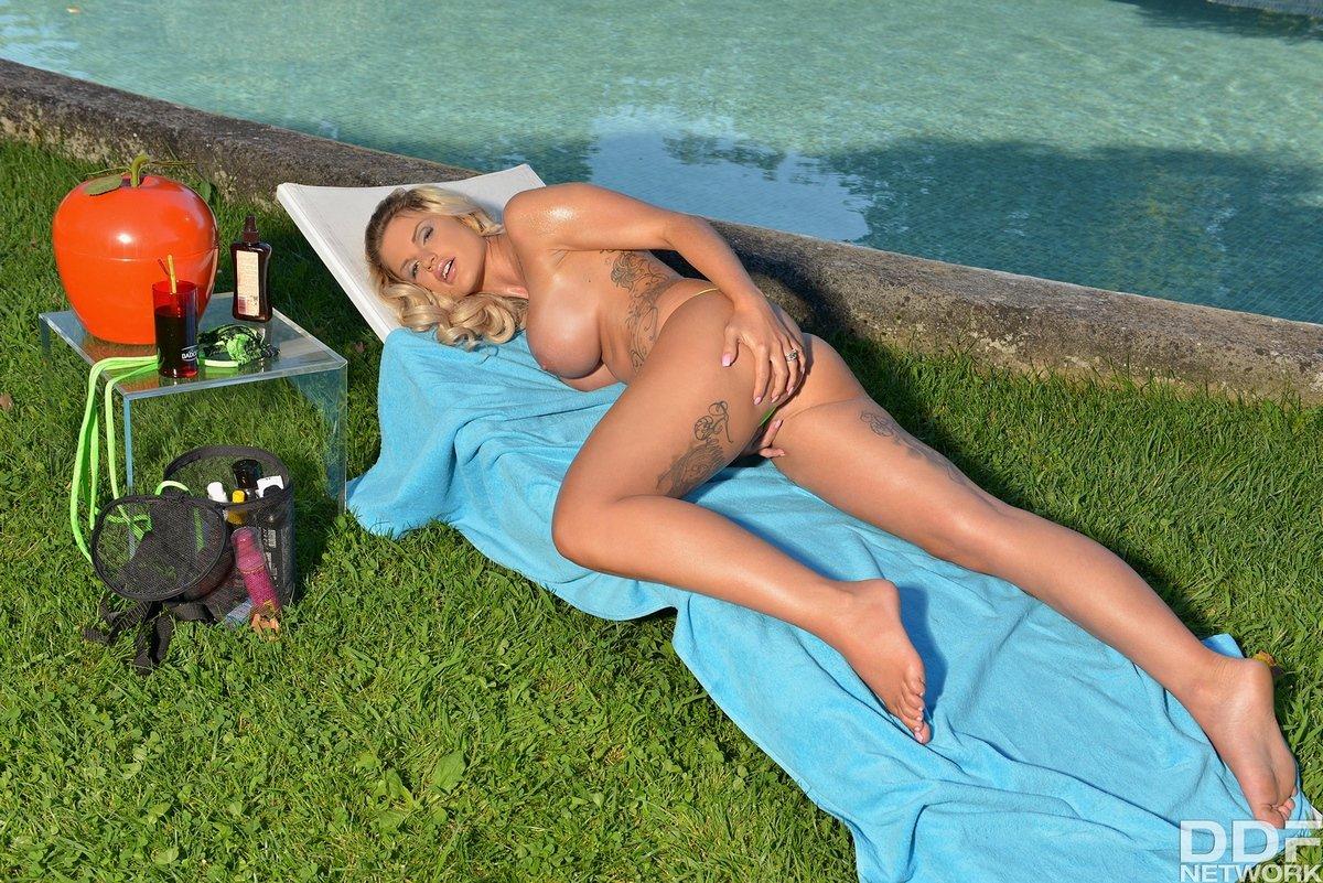 Блонди с силиконовыми дойками выставила напоказ прекрасное тело в тату