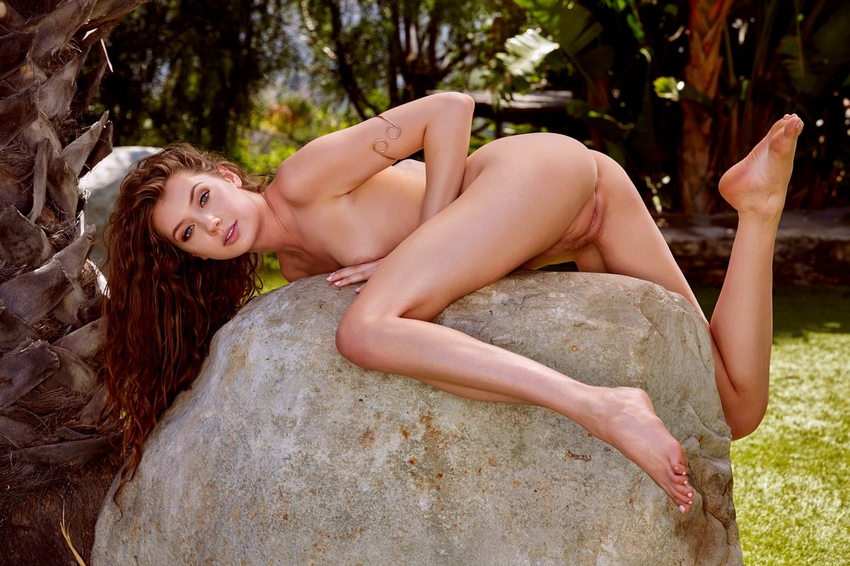 Эротика рыжеволосой Elena Koshka на поляне на камне