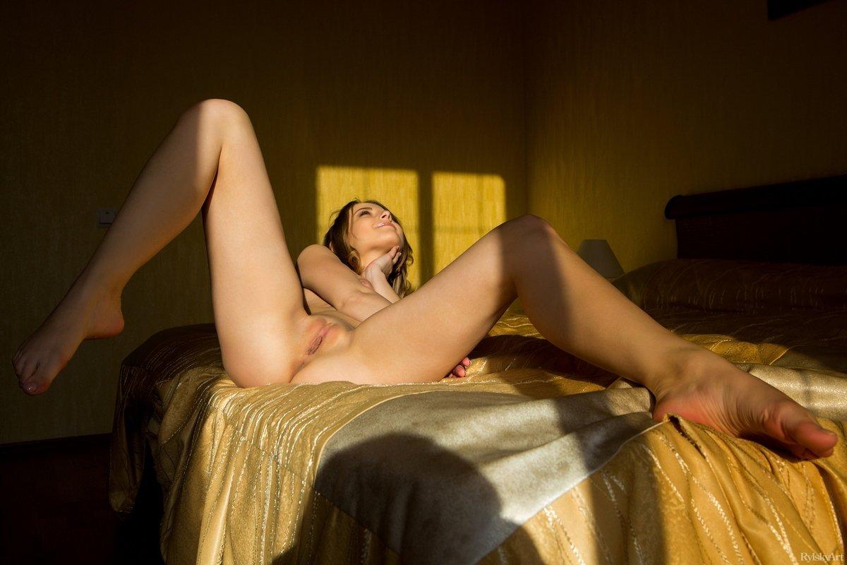 Чувственные фото похотливой светловолосой тёлки на кроватке секс фото