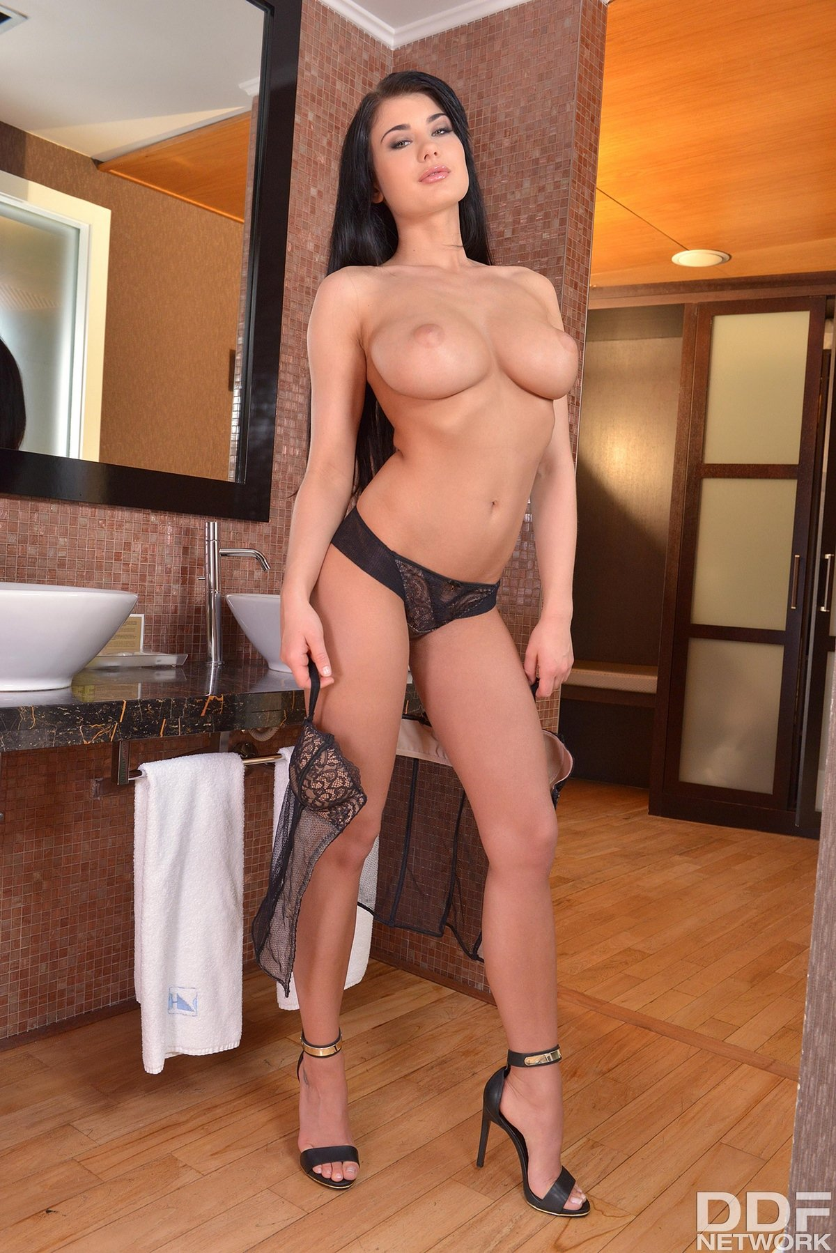 Милая Lucy Li в кружевном корсете секс фото