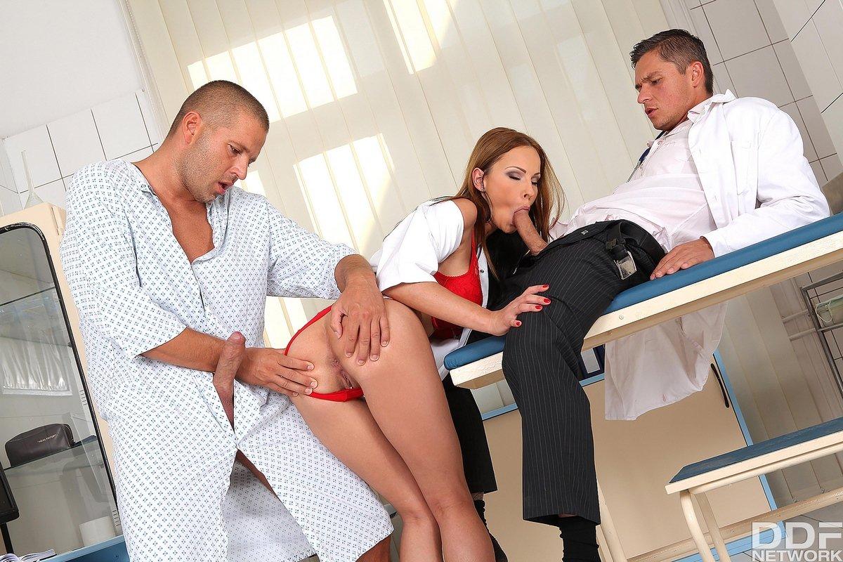 Горячая медсестричка удовлетворяет врача и пациента