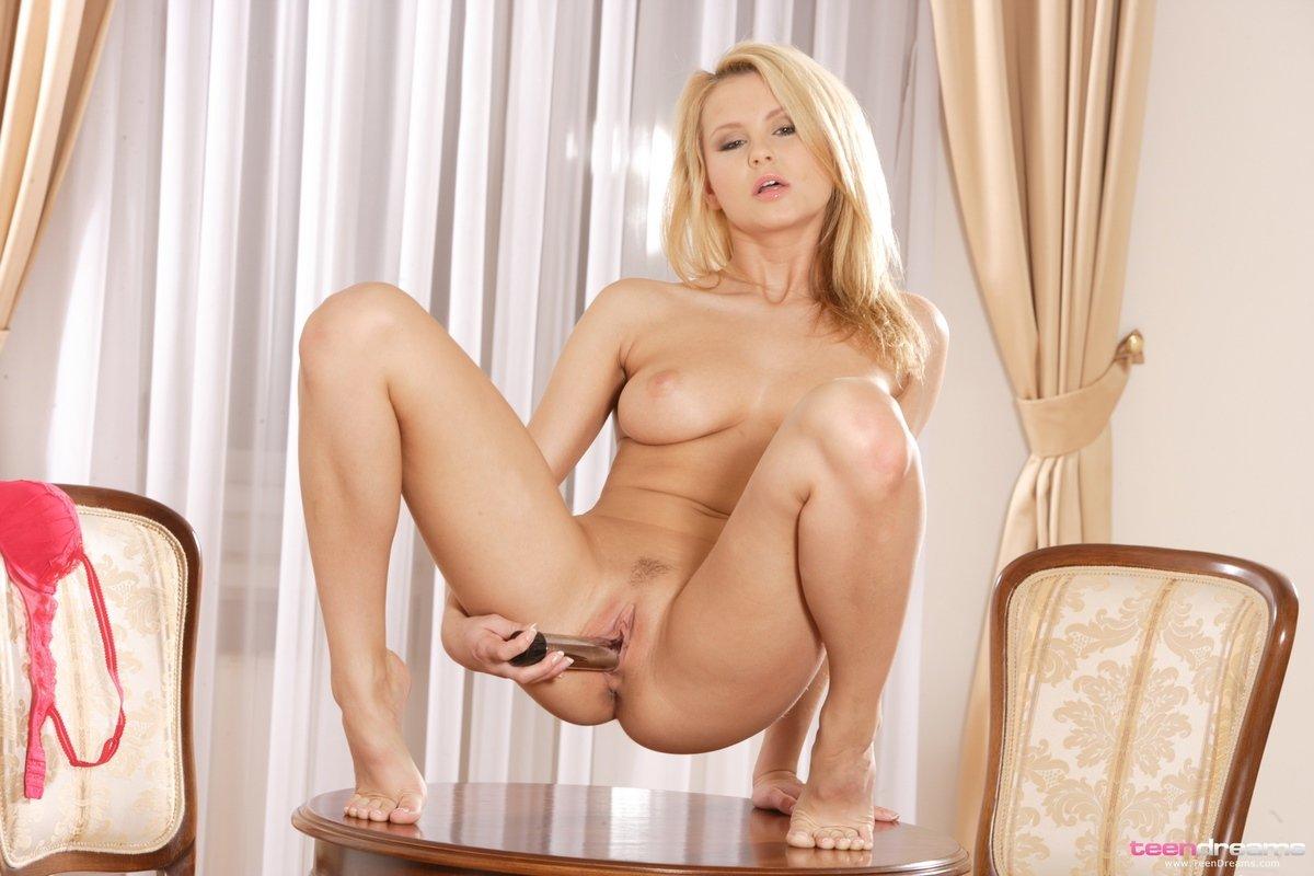 Красотка блондинка мастурбирует на столике